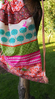 Jak ušít pytel na záda www.notjustmom.cz Vera Bradley Backpack, Drawstring Backpack, Gym Bag, Backpacks, Sewing, Bags, Fashion, Scrappy Quilts, Handbags