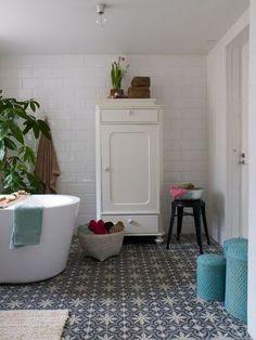 Une salle de bains vintage avec des carreaux de ciment
