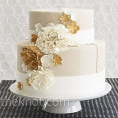 Neutral and gold cake...so pretty.