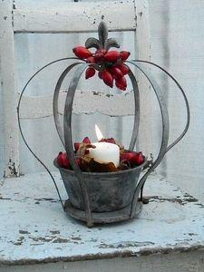 Also ab damit in meine Krone, schmunzel. Und bei mir darf ein Kerzerl nicht fehlen, das wisst Ihr ja. Ganz herzliche Grüße und einen gemütlichen Herbstabend für Euch.