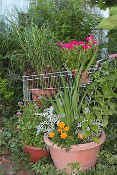 Love this fun garden tour with the coolest ideas like a shopping cart planter eclecticallyvintage.com