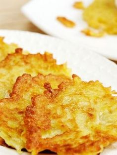 Weight Watchers Baked Latkes (Potato Pancakes) Recipe with onion, eggs, matzo meal, and baking powder. A favorite side dish recipe. MyWW Points: 2 Blue Plan and 2 Green Plan. Potato Dishes, Food Dishes, Side Dishes, Matzo Meal, Good Food, Yummy Food, Potato Pancakes, Potato Latkes, Onions
