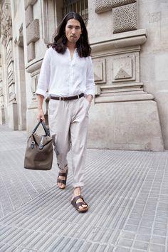 Valkoinen pellavapaita on raikas klassikko! Yhdistä samaan asuun pellavaa eri sävyissä. Tummanruskeat nahka-asusteet tuovat vaaleaan kokonaisuuteen ryhtiä. Home Trends, Fashion 2020, Summertime, Fashion Looks, Chic, Style, Shabby Chic, Swag, Elegant
