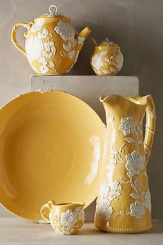 Love everything about this and I don't usually care for yellows. Table ware