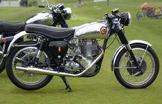 Bsa Gold Star 1960, moteur monocylindre quatretemps, refroidi par air, cadre simple berceau,freins à tambour, démarrage au kick, boite quatre vitesse,.Motos BSA Birmingham, Angleterre, Europe.