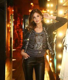 Camila Queiroz usa look rocker com calça de couro, camisa e casacos com brilhos.
