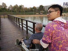 หนุ่มจีนสุดกตัญญู พาพ่อป่วยอัมพาตมาดูแลที่หอพักมหาวิทยาลัย