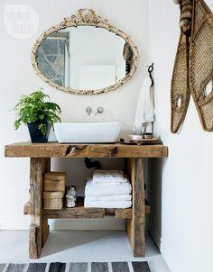Miroir vintage dans une salle de bain rustique  http://www.homelisty.com/salle-de-bain-rustique/