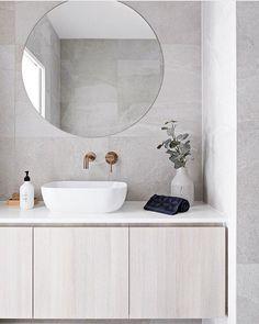 Moderne badkamer met natuursteen look tegels en super ronde spiegel! Wat vind je van de prachtige waskom? #skypejebadkamer