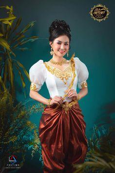 Khmer Wedding, Wedding Costumes, Traditional Wedding, Asian Fashion, Kaftan, Pretty Dresses, Groom, Bride, Woman