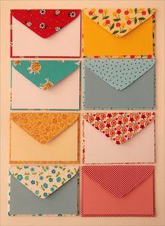 Conjuntos de 10 envelopes e 10 cartões de mensagem, tamanho 8 x 11,5 cm. Os envelopes são feitos em tecidos estampados cortados à mão cuidadosamente. Cada conjuntinho é amarrado carinhosamente com cadarço de algodão tingido manualmente, em cores variadas, combinando com os envelopes.