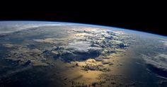 """O astronauta Reid Wiseman publicou esta foto da Terra da ISS (Estação Espacial Internacional). """"A minha posição favorita do espaço - apenas o nascer do Sol sobre o oceano"""", disse Wiseman.  Fotografia: Reid Wiseman / NASA."""