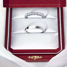 Alianzas de platino. La de arriba, además, lleva pavé de diamantes. Son de Cartier.
