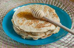 Pancake (Pankek)  -  Fügen Büke #yemekmutfak.com Pancake Amerikan kahvaltılarının en popüler ve bizim damak tadımıza en çok uyan tariflerindendir. Kolay ve çabucak yapılabilen bu lezzetli hamur işi krepe benzer. Krepten farkı kalın olması ve kabartma tozu içermesidir.