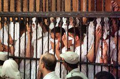 """Um grupo de 26 homens acusados de terem organizado ou participado de """"orgias homossexuais"""" no Egito foi apresentado neste domingo à Justiça, sob acusação de """"depravação"""", após serem presos em um """"hammam"""" (sauna) do Cairo"""