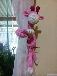 Girafa de crochê com os bracinhos compridos para abraçar (cortina, grade de berço, puxador de armário, maçaneta de porta, etc,). A girafa mede 18 cm sentada e 28 cm da cabeça aos pés e seus bracinhos medem aproximadamente 20 cm de comprimento.