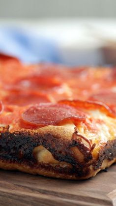 Get extra cheese in every bite with a layer of mozzarella baked into this thick crust pepperoni pizza. Get extra cheese in every bite with a layer of mozzarella baked into this thick crust pepperoni pizza. Cheese Crust Pizza, Tastemade Recipes, Plat Simple, Cheese Lover, Mozzarella, Love Food, Cooking Recipes, Skillet Recipes, Cooking Tools