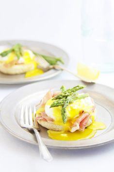 Prosciutto Asparagus Eggs Benedict from @Paula - bell'alimento    bell'alimento