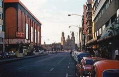 La avenida Balderas en una fotografía de finales de los años setenta. Del lado izquierdo se aprecia el Real Cinema, ya funcionando como Telecine, y a la derecha se alcanza a ver parte del Hotel Regis, que se derrumbó con los sismos de 1985, además del estacionamiento que estuvo donde hoy se encuentra el Museo Mural Diego Rivera. Al fondo está el templo de San Hipólito.  Imagen: Col. Podoboq