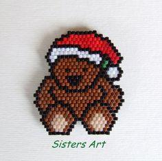 """Calamita """"Orsetto natalizio"""" realizzata con perline delica, by Sisters Art, in vendita su http://www.misshobby.com/it/negozi/sisters-art"""