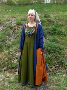 Unique look for Viking. Wondering what time frame/culture has a gathered section in the side atea of the caftan/coat. Viking Garb, Viking Dress, Viking Costume, Medieval Dress, Norse Clothing, Clothing And Textile, Medieval Clothing, Historical Clothing, Historical Photos
