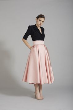 Skirt for theatrical romantic. Elegant Outfit, Classy Dress, Classy Outfits, Pretty Outfits, Modest Fashion, Hijab Fashion, Fashion Dresses, Skirt Outfits, Dress Skirt