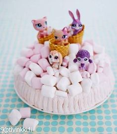 Täydellinen kakku lastenjuhliin. Koristele kakku huolellisesti pestyillä leluilla. / Time to party Petshop fans. Decorate children´s party cake with toys which have first been washed carefully. #kidsparty #birthdaycake #childrensparty