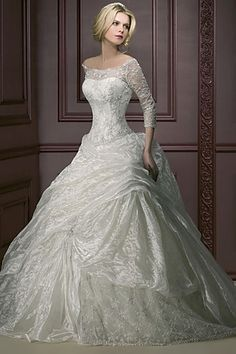 White wedding dress-THIS LOOKS LIKE A ROYAL DRESS