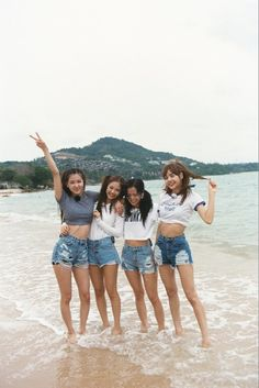 Lisa looks huge compared to them.especially the unnies Kpop Girl Groups, Korean Girl Groups, Kpop Girls, Divas, Kim Jennie, Yg Entertainment, Blackpink Fashion, Korean Fashion, K Wallpaper