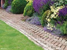 2. Allée de jardin en briques