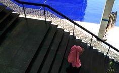 Kobieta na schodach meczetu w Kuala Lumpur
