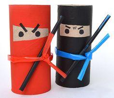 Ninja con rotoli di carta igienica e cannucce