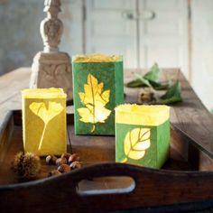 Des photophores au motif de feuilles d'automne, bougie, papier / Candle jars in the motive for autumn leaves