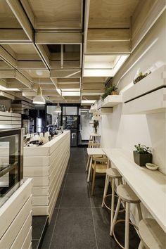 Per rispondere al bisogno di un'estetica moderna e pulita, l'architetto Kei Kitayama ha creato un interior che si ispira alle cassette in legno della frutta, utilizzate in forma astratta. Le cassette riempiono gli spazi, creando una...