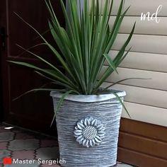 Large Diy Planters, Cement Flower Pots, Diy Concrete Planters, Concrete Crafts, Concrete Projects, House Plants Decor, Plant Decor, Garden Crafts, Garden Projects