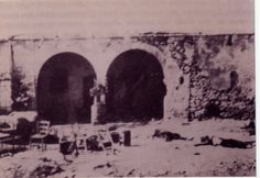 O κατεστραμμένος αχυρώνας στο Λιόπετρι, μετά τις εμπρηστικές βόμβες των Βρετανών. Διακρίνονται τα πτώματα των δύο αγωνιστών της ΕΟΚΑ που επιχείρησαν έξοδο. Cyprus, Old Pictures, History, Painting, Art, Art Background, Historia, Painting Art, Kunst
