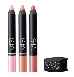 Beauté : les palettes de maquillage de l'été 2015 de Nars : lipsticks rouges à lèvres crayons à lèvres roses, nude, beiges http://www.vogue.fr/beaute/buzz-du-jour/diaporama/les-kits-arty-de-nars/21088