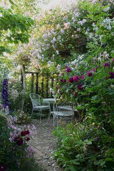 40 Awesome Secret Garden Design Ideas For Summer - Backyard Garden Inspiration Unique Garden, Diy Garden, Shade Garden, Dream Garden, Garden Art, Garden Paths, Cacti Garden, Natural Garden, Flowers Garden