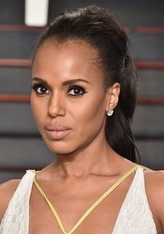 Kerry Washington paired her thick cat eye with a subtle hair and makeup look during the 2016 Vanity Fair Oscar Party.