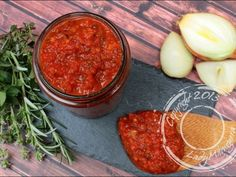 Une sauce tomate cuisinée à l'oignon, d'ail, d'huile d'olive et d'herbes aromatiques qui accompagnera à merveille vos pâtes et gnocchi à la romaine par exemple Olives, Sauce Tomate, Chana Masala, Salsa, Ethnic Recipes, Food, Tomatoes, Onion, Herbs