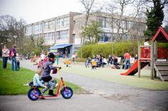Deze speelplek tussen de huizenblokken aan de Spaarwaterstraat biedt voor elk kind wat wils: je vindt hier sportvelden en toestellen.
