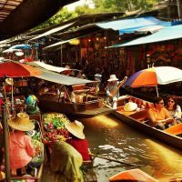 Hoje eu visitei um Floating Market em uma cidade perto de Bangkok... Achei o passeio muito maneiro e acho que vale a pena! A única coisa que comprei foi uma agua de coco.. To econômico nessa viagem!! ֹ ֹ Eu fiz o passeio em dois barcos: um à remo, pelo mercado, e o outro motorizado que quase levantou vôo... IRADO! To louco pra escrever tudo isso no blog!!! ??? #Bangkok #thailand #floatingmarket #tailandia #asia #UmViajanteAsia2015