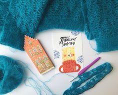 """Честно признаюсь - фото сделано ради шоколадки из Брюгге и милой открытки от магазина @wool_addict_ , а не ради процесса завершения вязания над новым свитером 😅. Этот свитер, кстати, продаётся ☝🏼️. Супер кидмохер с шелком (75/25) от @seam_mag_ru   Мк делается ( как раз проверяю соотношение расчётов для """"гламур"""" и """"кид сета супер""""). Всем хорошего дня 💁🏼, а я пойду съем мою бельгийскую шоколадку 😋🍫 .  #alënazavelya  #свитер_ананасами_AZ"""