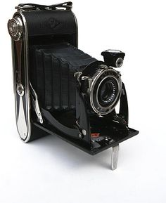 Agfa Billy Record 7.7 folding camera. Produced between 1933 and 1942. Has the   Agfa Anastigmat Igestar lens, 1:7.7/100mm (with three optical elements). Agfa Automat shutter, speeds 1/25 - 1/100 sec. And an aperture of 1:7.7-1:32. The 7.7 model was also available in 1949 and sold in the USA and UK as Speedex Record. (Probably using pre-war inventory or parts)