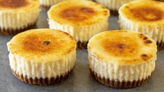 Two favourite desserts combined into one, mini creme brulee cheesecakes. Easy Mini Cheesecake Recipe, Creme Brulee Cheesecake, Raw Cheesecake, Caramel Cheesecake, Mini Cheesecakes, Biscuits, Cake Decorating Videos, Food Test, Relleno