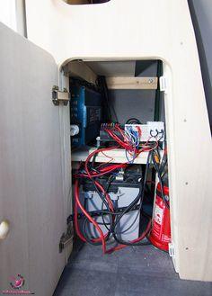 VW Bus T5 Selbstausbau - Elektroraum mit 230Ah Batterie und Sicherungen, sowie Wechselrichter und Feuerlöscher für den Notfall.
