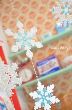 予約投稿にて更新中~! 子供のおもちゃパーラービーズ。学童子供祭りの景品作り以来我が家で流行中。雪の結晶をいっぱい作ったら可愛いかったので  クリス...