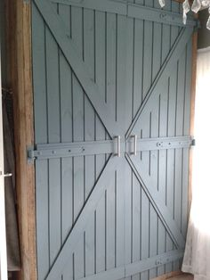 Zelfgemaakte kledingkast van steigerhout. De deuren zijn gemaakt van kraaldelen. en geverfd met matte muurverf van Gamma in de kleur Arduin.