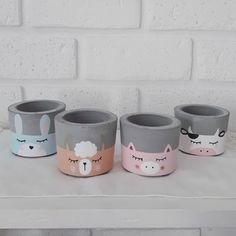 Vaso de cimento: tutoriais e 35 modelos incríveis para você fazer o seu Cement Art, Concrete Crafts, Concrete Pots, Painted Plant Pots, Painted Flower Pots, Flower Pot Design, Handmade Home, Handmade Dolls, Diy Planters
