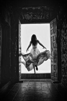 """"""" El vuelo ese vértigo dulce vicio de los necios de espíritu ya débiles y agotados se acercan al vacío los peregrinos aleteantes los soñadores ligeros miran bajo el vestido buscando el único consuelo de ver ponerse el sol y alzan, ágiles, las alas saldrán por fin del agujero dejando atrás el pesado corazón no desean más encierros,  arrastrados por el viento y la esperanza, emprenden el último vuelo. """""""